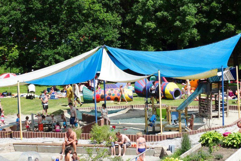 Spielplatz und Spielwiese im Freibad mit spielenden Kindern