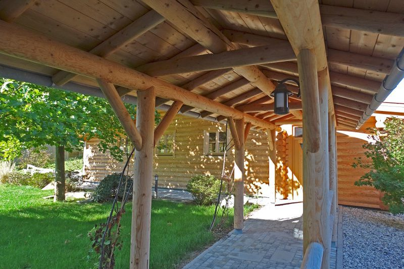 Weg zur Blockhaussauna mit Holzdach